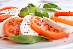 Easy Caprese salad with mozzarella and tomatoes Salade Caprese, Caprese Salad Recipe, Tomato Salad Recipes, Mozzarella Salad, Fresh Mozzarella, Buffalo Mozzarella, Elegant Appetizers, Holiday Appetizers, Quick And Easy Appetizers