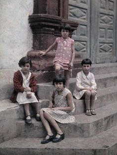 Autochrome: Wilhelm Tobien: Four children sit on a building's steps, posing for the camera. Subtractive Color, National Geographic Images, Photo Processing, Pose For The Camera, Canary Islands, Color Photography, People Around The World, Image Collection, Old Pictures