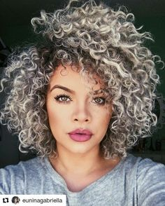 """Cacheado divino da lindíssima @euninagabriella  Dia chuvoso às vezes não colabora, né? Que tal apostar no nosso Gel Líquido Day After """"Como Se Fosse a Primeira Vez"""" e renovar a beleza dos seu fios? Disponível nas principais perfumarias e também na nossa loja online: www.lojadasalonline.com.br #Repost @euninagabriella with @repostapp ・・・ Só amores pelo meu hair ❤️ #NhaiNina"""