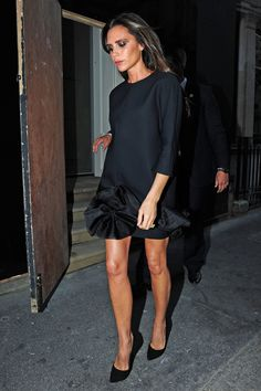 Victoria Beckham Has Too Much Going On to Have More Kids: Photo Victoria Beckham stops for a photo with the queen of fashion Anna Wintour while attending J. Crew and Vogue's London Fashion Week Party held at Winfield House on… Victoria Beckham Vogue, Victoria Beckham Outfits, Victoria Beckham Style, Girl Fashion, Fashion Show, Fashion Dresses, Womens Fashion, Victoria Fashion, Tent Dress
