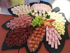 Arrange the cheese plate - Anrichten Party Food Platters, Party Trays, Party Buffet, Party Snacks, Party Appetizers, Meat Trays, Meat Platter, Food Trays, Deli Tray
