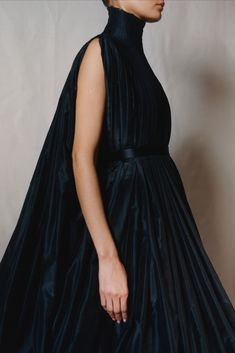 The technical knowledge embedded in the history of Alexander McQueen is seen in the direct relationship between the pin-tucked yoke of this black taffeta dress from The Widows of Culloden collection which Lee Alexander McQueen designed for Autumn Winter 2006 and the upswept structure of the bodice and neckline of the Red Rose dress. Black Bridal Dresses, Alexander Mcqueen Designs, Dress Outfits, Fashion Outfits, Taffeta Dress, Classy Outfits, Dress Skirt, Fashion Beauty, High Fashion