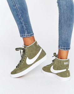 ¡Cómpralo ya!. Zapatillas de deporte de ante en caqui y blanco Blazer de Nike. Zapatillas de deporte de Nike, Exterior de ante, Cierre de cordones, Marca en la lengüeta y en la abertura, Acolchados para mayor comodidad, Logo de la marca, Suela en contraste, Dibujo moldeado, Limpiar con un paño, Exterior de 100% cuero auténtico. ACERCA DE NIKE Nike dominates the sportswear industry with a fresh, stylish approach to casual apparel. Las zapatillas de deporte supercool y las hi-tops encabeza...