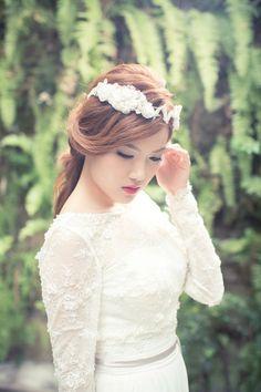 《Being of Love》Bridal Headpiece by Being of Love beingoflove.irene@gmail.com 白色蕾絲玻璃珠刺繡新娘頭飾/施華洛水晶花冠髪飾