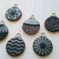 Shiny Christmas baubles..... #mycookiecrumbled #royalicingcookies#sugarcookies#royalicing#decoratedcookies #icedcookies#icingcookies #baublecookies #baubles #christmascookies #christmastree #christmasbaubles #sandingsugar #sprinkles #airbrush #americolour #silver #stencil #stencilart #snowflakes