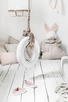 Valkoinen keinu lapsille näyttää ihanan rouhealta ja epätavalliselta -mahtava idea lastenhuoneeseen! #lastenhuone #kidsroom #barnrum #keinu #lapsille #sisustusidea