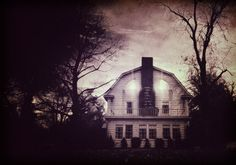 Amityville Horror: The True Story Behind the World's Most Famously Haunted House #deadlive #ghosthunts #haunted http://www.theoccultmuseum.com/amityville-horror-true-story-famous-haunted-house/