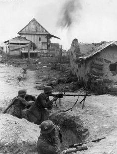 """Adlerangriff: """"Equipe de metralhadoras alemãs atirando um MG-34 em Belgorod, setor de Kursk 1943."""""""