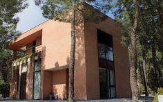 CASA PINAR__Una vivienda unifamiliar integrada en una zona arbolada. Parcela trapezoidal y con cierto desnivel, que servirá para dotarla de varios pisos.