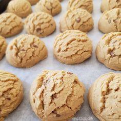 Tadina doyum olmaz bir lezzet😍 Sadece 4 malzemeli tahinli kurabiye.Yapilis videosu biraz gerilerde..Tarifi ekliyorum  Tahinli kurabiye  2 su bardagi tahin 1 su bardagi siviyag 1 su bardagi pudra sekeri 5.5-6 su bardagi kadar un  Yapilisi: Un haruc diger malzemeleri trlle cirpalim.unu ekleyip yogural... Biscuit Cookies, Tart, Cake Recipes, Biscuits, Cheesecake, Food And Drink, Sweets, Cooking, Desserts