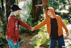 I dearly, dearly wish they hadn't cut this scene from the movie. It would have added an extra layer of warmth and physicality to Jess and Leslie's relationship.taking her hand like a gentleman (to lead her out of the forest), so sweet! Brücke Nach Terabithia, Bridge To Terabithia 2007, Josh Hutcherson, Top Movies, Movies And Tv Shows, Disney Channel, Requiem For A Dream, 500 Days Of Summer, Ps I Love