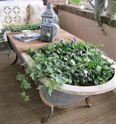 Vieilles baignoires recyclées pour le jardin. Idées pour recycler ses vieilles baignoires au jardin. Idées décoration originale. Baignoires fleuries. Baignoires bassins