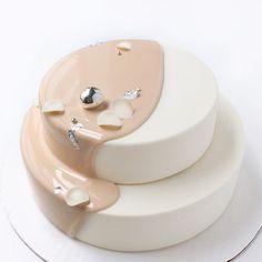 Köstliche Mousse-Kuchen mit extra viel Glanz– das ist das Motto vonKsenia Penkina.Alleine schon der Anblick dieser zauberhaften Kreationen ist ein…