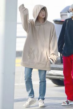OMG jin looks so huggable Airport Fashion Kpop, Kpop Fashion, Korean Fashion, Bts Jin, Bts Bangtan Boy, Bts Airport, Airport Style, Moda Kpop, Kpop Mode