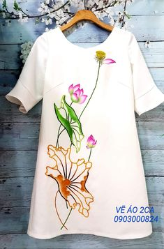Dress Painting, Fabric Painting, Fabric Art, Hand Painted Sarees, Fabric Paint Designs, Painted Clothes, Embroidered Clothes, Flower Tattoo Designs, Hand Embroidery Designs