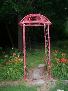The top was from an old bamboo chair (papason). Garden Junk, Garden Gates, Garden Planters, Diy Yard Decor, Yard Decorations, Backyard Layout, Papasan Chair, Garden Structures, Contemporary Landscape