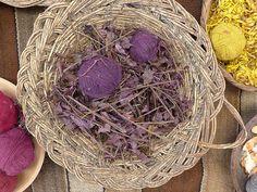 LILÁS: folhas secas de awaipili.                                                                                                                                                                                 Mais Tinta Natural, Grapevine Wreath, Grape Vines, Peru, Diy, Design, Decor, Natural Colors, Leaves