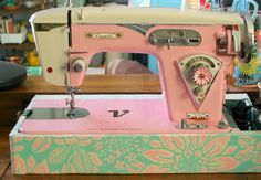 Visetti pink sewing machine. Love the stitch length knob! Wish I could see what it says on the bed.