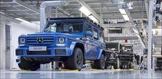 Das Jubiläumsfahrzeug ist ein Mercedes-Benz G500 in der Farbe designo mauritius blau metallic mit schwarzen Ledersitzen und kontrastierenden weißen...