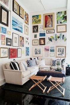 Awesome living room gallery wall | All For Color #interiordesign #homedecor