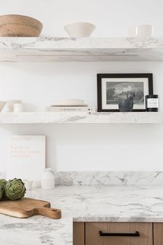 Marble shelves in the kitchen–Photo by Lauren Miller. Design by Meg Cassidy Marble shelves in the kitchen–Photo by Lauren Miller. Design by Meg Cassidy - Clear Kitchen Shelf Interior Desing, Home Interior, Interior Design Kitchen, Home Design, Interior Architecture, Interior Plants, Scandinavian Interior, Country Look, Cross Country
