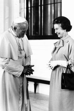 Audience: The Queen talks to Pope John Paul II