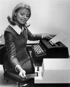 Nice article: The best etiquette tips for your creative business: Stand Out From the Crowd. Retro Office, Vintage Office, The Office, Pc Photo, Old Technology, Magazine Images, 20th Century Fashion, Old Computers, Vintage Photography