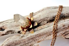 Raw Crystal Quartz and Brass Pendant, Natural Clear Crystal Point, Flower Pendant, Organic Jewelry, Energetic Necklace. de AshtartJewelry en Etsy