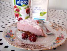 Vegan Simple Cherry Cheesecake, with Alpro Yoghurt, Agar Agar & Almond-Date Crust. Vegan Treats, Vegan Snacks, Vegan Desserts, Breakfast Pie, Yogurt Breakfast, Vegan Breakfast, Healthy Cake, Healthy Sweets, Vegan Baking