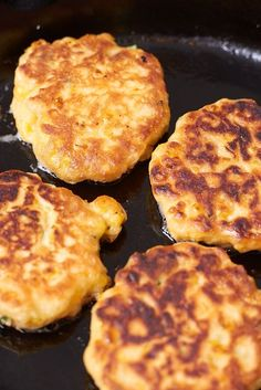 Making fresh summer corn into crisp corn fritters is one hearty dinner. This recipe for corn fritters is easy and versatile and very vegetarian using fresh or frozen corn kernel, fine white cornmeal and baking powder Corn Fritter Recipes, Corn Recipes, Veggie Recipes, Vegetarian Recipes, Dinner Recipes, Cooking Recipes, Cornbread Recipes, Cabbage Recipes, Casserole Recipes