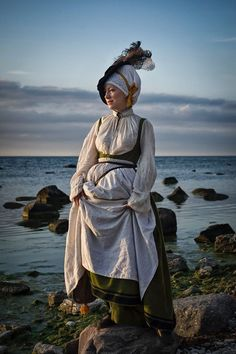 A bit different from the kampfrau stuff, I like it. Wonder what it's called? Renaissance Fashion, Renaissance Clothing, Renaissance Fair, Medieval Costume, Medieval Dress, Medieval Fantasy, German Fashion, European Fashion, Historical Costume