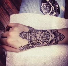 Afbeelding via We Heart It #beautiful #hand #ink #rose #Tattoos