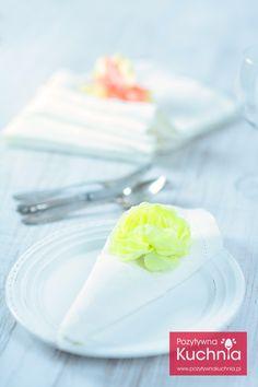 Serwetka - rożek z kieszonką. Zobacz pomysły na składanie serwetek w rożki z kieszonkami.  http://pozytywnakuchnia.pl/serwetka-rozek-z-kieszonka/  #dom #decor #home