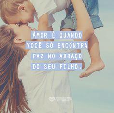 O amor é quando você só enontra paz no abraço do seu filho. #mensagenscomamor #amor #sentimentos #filhos #pais #família #abraço #frases