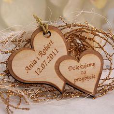 Niepowtarzalne weselne breloki wykonane z drewna w kształcie połączonych serc.  To wyjątkowa pamiątka, która sprawi że goście długo będa wspominać Państwa wesele.