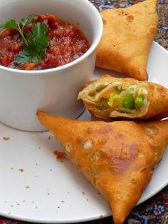 receta-samosas-indios - Cuisine et boissons - Veggie Recipes, Indian Food Recipes, Asian Recipes, Vegetarian Recipes, Cooking Recipes, Indian Samosas, Tapas, Fingers Food, Food Porn