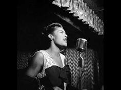 """Entre las voces femeninas del jazz, la de Billie Holiday (1915-1959), constituye un caso singular por lo azaroso de su vida contada por ella misma en su famosa autobiografía titulada: """"Lady Sings The Blues"""". En ella, Billie Holiday relata como fue su vida desde la misma infancia: violación, acusaciones de prostitución, reformatorios, alcohol, drogas, racismo, cargos por tráfico de estupefacientes, cárcel, inhabilitación para cantar y ....  http://www.apoloybaco.com/billieholidaybiografia.htm"""