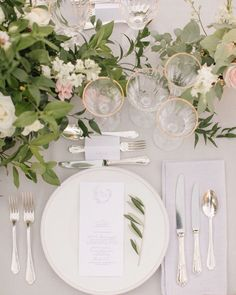 Photography: M & J Photography / Florals: Laetitia C. Dinner Table, Chic Wedding, Wedding Pictures, Floral Design, Stationery, Table Decorations, Elegant, Holiday Decor, Florals