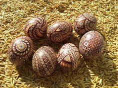 Pisanki drapane-kraszanki wykonane na wydmuszkach jaja kurzego