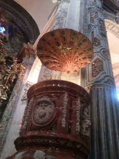 Tornavoz del púlpito de la Iglesia del Salvador de Sevilla, en forma de la concha de Santiago (26-12-2014).