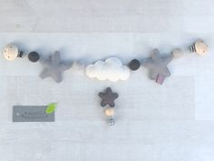 ★★★★★ ★★★ ** NEW Materials: wool felt ** Pretty chain for the stroller or the Maxi-Cosi of cloud and stars in gray tones, felt balls of merino wool and bells …. Baby Mobile, 3rd Baby, Felt Ball, Baby Time, Baby Sewing, Diy Tutorial, Wool Felt, Pillows, Crafts