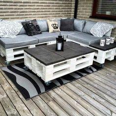 Стильный комплект уличной мебели из поддонов.