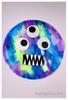 """Monster Marker Prints from coffee filters Aliens! A quick project that would go with writing a """"Monster Story"""" for Halloween! Halloween Activities, Art Activities, Halloween Themes, Halloween Crafts, Monster Activities, Halloween Week, Preschool Halloween, Daycare Crafts, Classroom Crafts"""