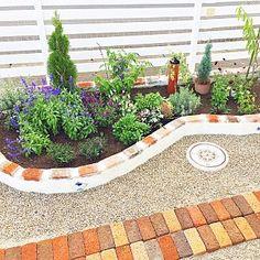 玄関/入り口/レンガ/DIY/花壇 ブロック/ガーデン/アンティーク...などのインテリア実例 - 2017-10-07 10:38:16 | RoomClip (ルームクリップ) Backyard, Patio, Garden Styles, Future House, Woodworking Projects, Fence, Flower Arrangements, Exterior, Landscape