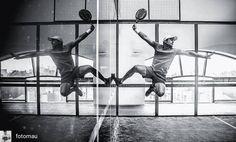 Tremenda foto de @fotomau a @nachocasano en una bajada de pared bastante acrobática! #padel #instapadel #padeladdict #padeltime #worldpadeltour