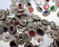 Tribal-Knöpfe mit farbigen Steinen, Set von 2 Knöpfen, vintage, Tribal-Zubehör, Knöpfe aus Münzen von neemaheTribal auf Etsy