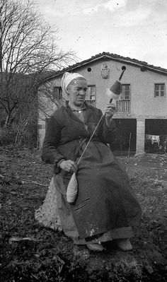 Spinning Wool, Hand Spinning, Vintage Pictures, Old Pictures, Drop Spindle, Plant Fibres, Basque Country, Pictures Of People, Renewable Energy