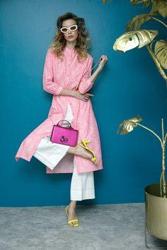 Camisero animal print rosa neón Vilagallo, pantalón amplio blanco Vilagallo, sandalias amarillas Kurt Geiger, bolsa metálica rosa Cloe, lentes de sol ovalados Le Specs.