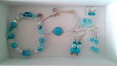 Blauwe armbanden met bijpassende oorbellen :-)