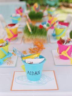 Una idea genial para presentar los regalitos en una fiesta de verano- en un cubo de plástico! / A cool idea to present the party favours at a summer party - in plastic pails!